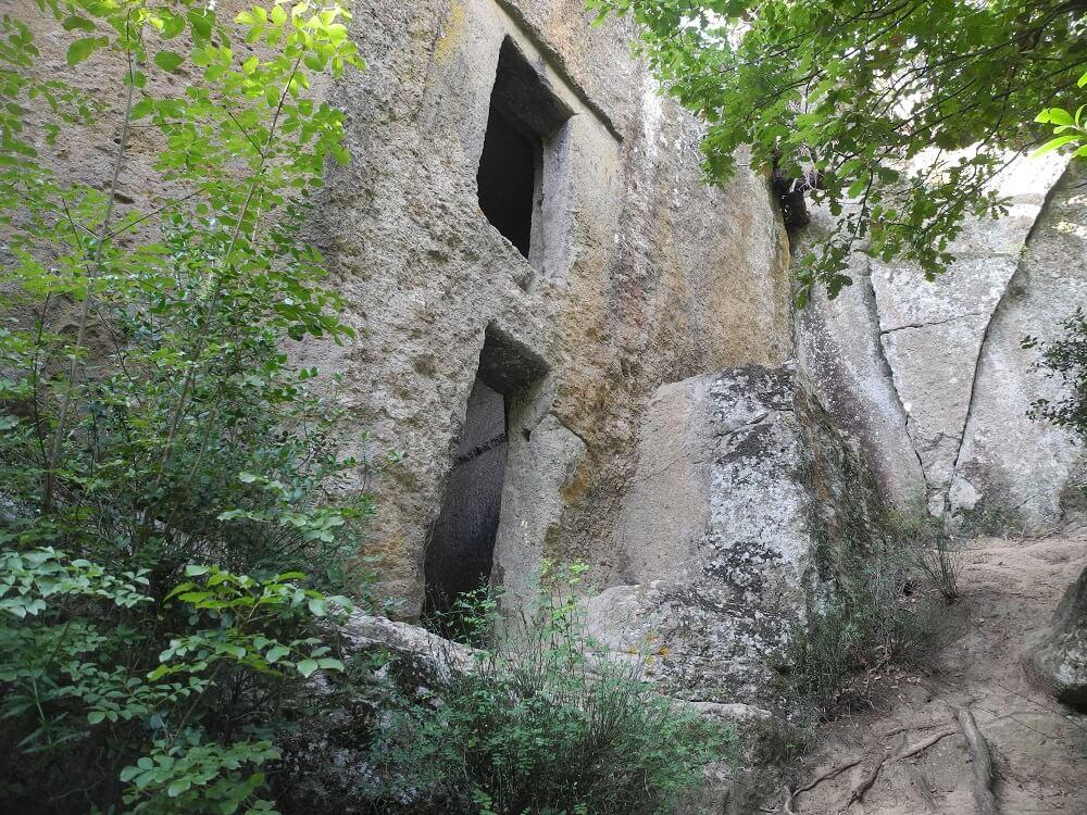 """""""La finestraccia"""", visibile lungo il percorso verso la piramide etrusca -"""