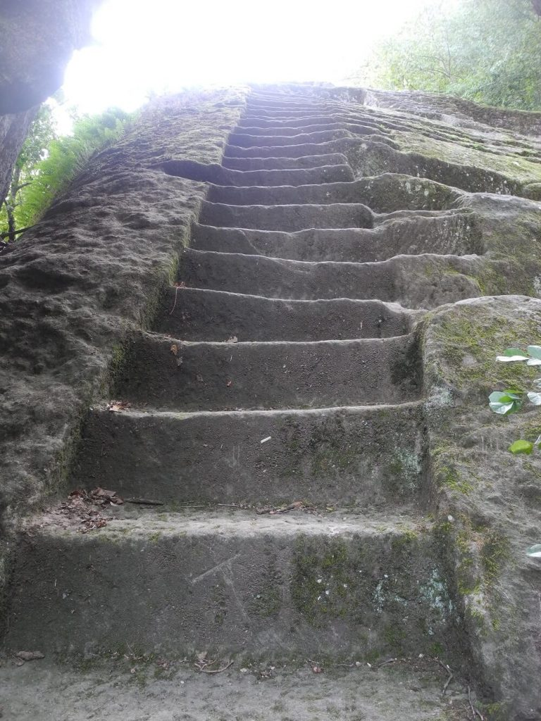 Piramide etrusca: particolare gradini