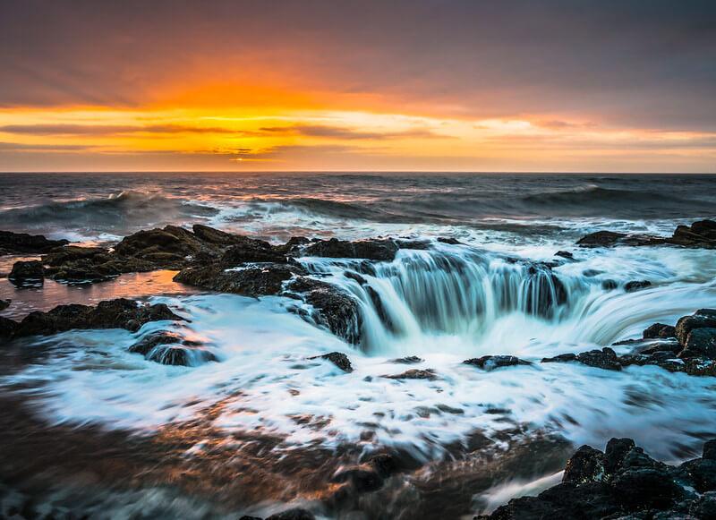 Immagine al tramonto di Thor's Well, con effetto cascata