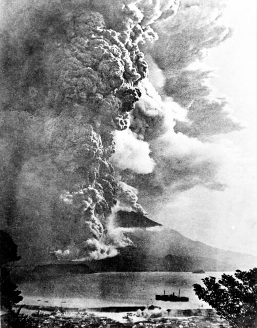 Foto scattata nel 1914 al vulcano Sakurajima durante l'eruzione