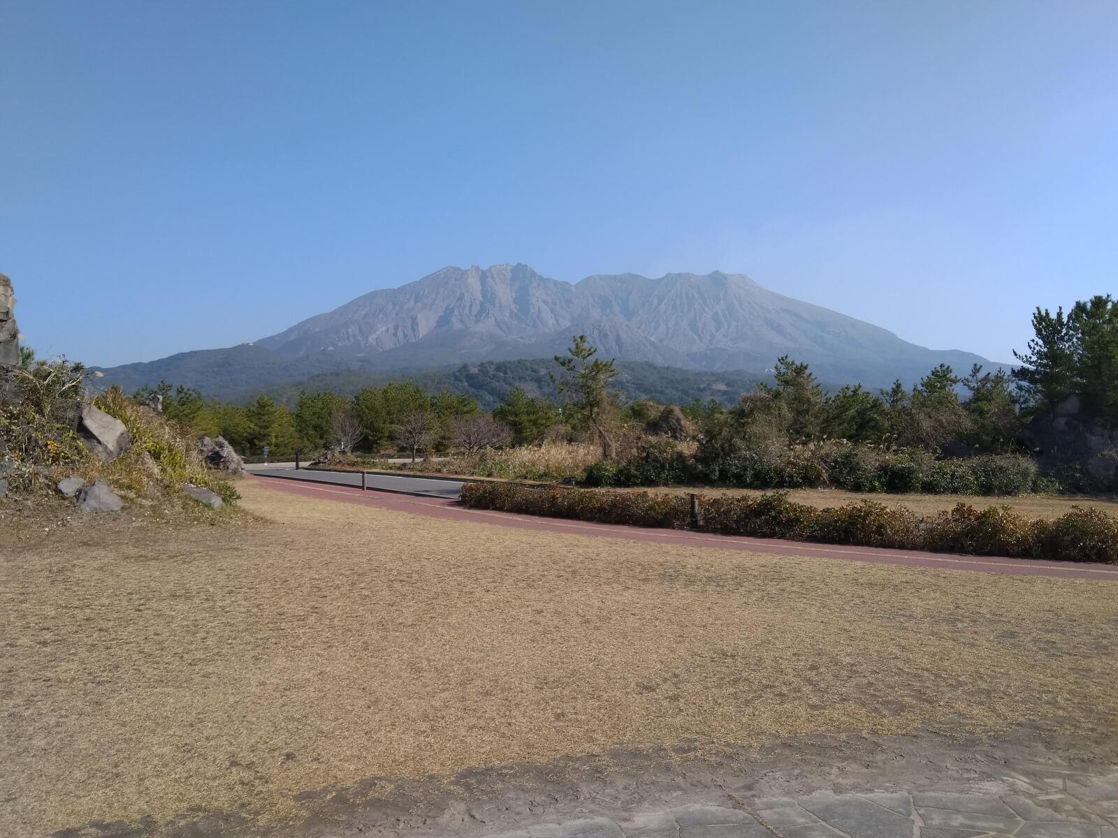 Il vulcano giapponese Sakurajima (Kyushu) in una bella giornata di gennaio