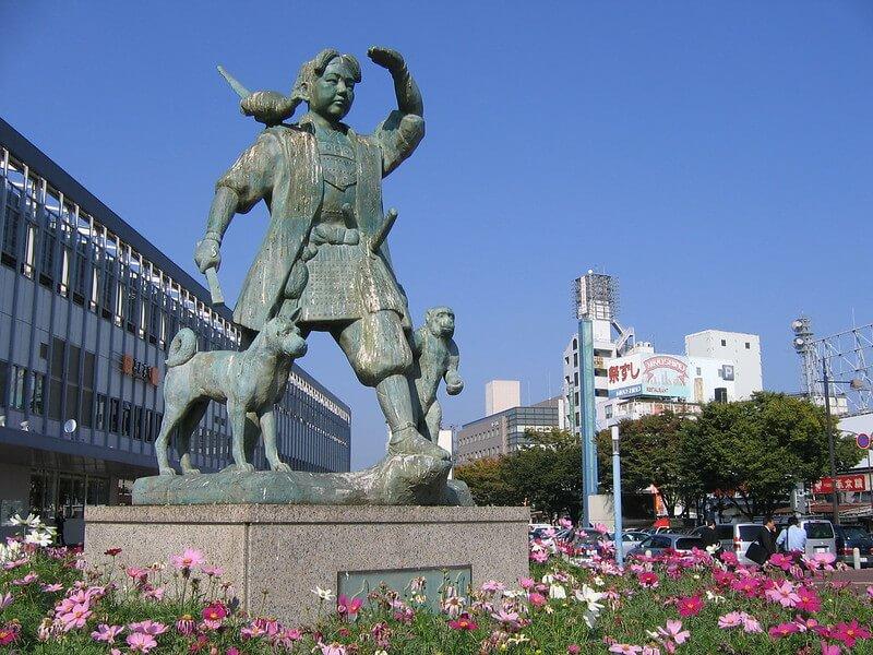 Statua di Momotaro all'esterno della stazione di Okayama