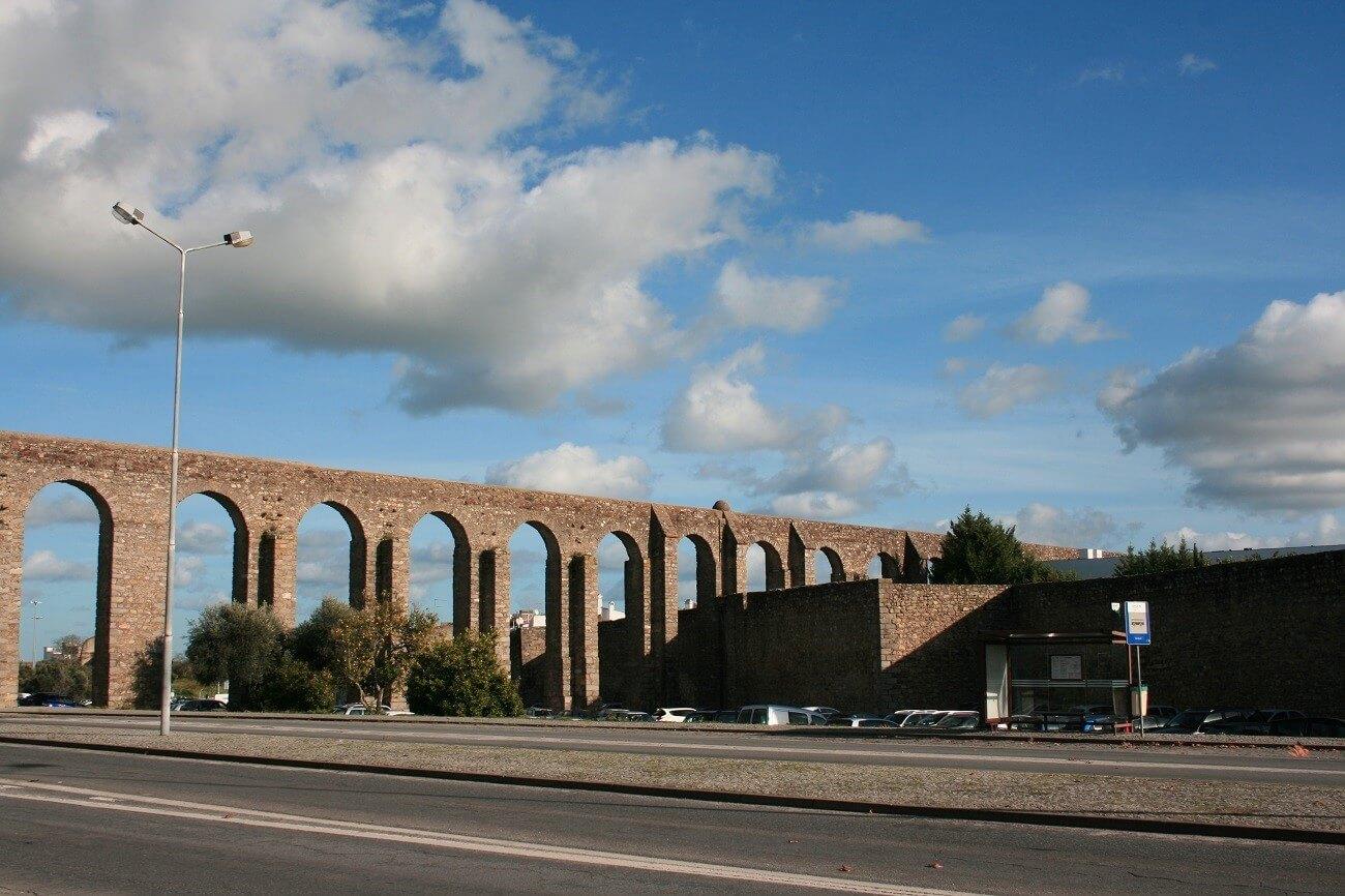 L'acquedotto di Evora appena fuori le mura della città