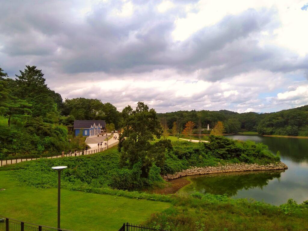 Il lago Miyazawa e, sulla sinistra, alcuni edifici in stile nord europeo del Metsa Village