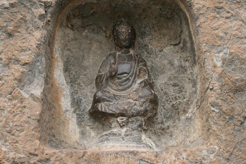 Particolare di un'effige buddhista delle Grotte di Longmen