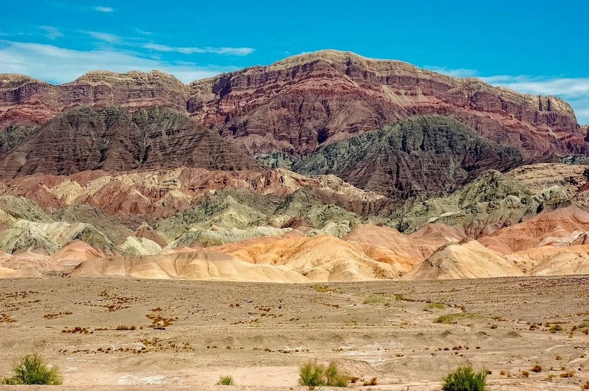 Montagne colorate nel deserto del Taklamakan, a est di Kashgar