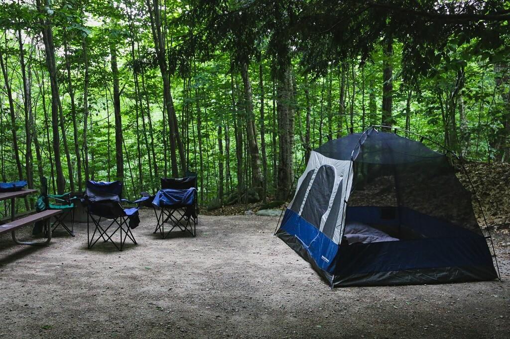 Tenda da campeggio in un'area attrezzata