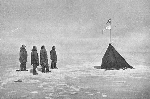 La spedizione di Amundsen al polo sud nel dicembre 1911. Da sinistra Amundsen, Hanssen, Hassel e Wisting