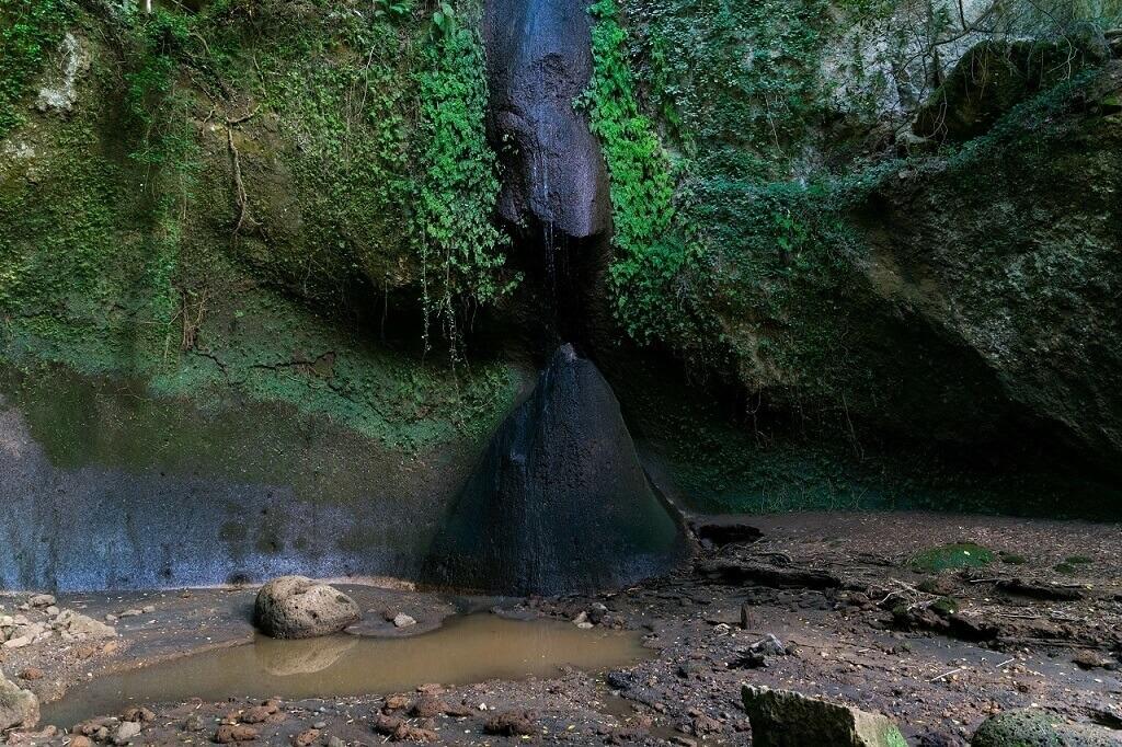 Il masso piramidale e la cascata vicino all'eremo di Poggio Conte