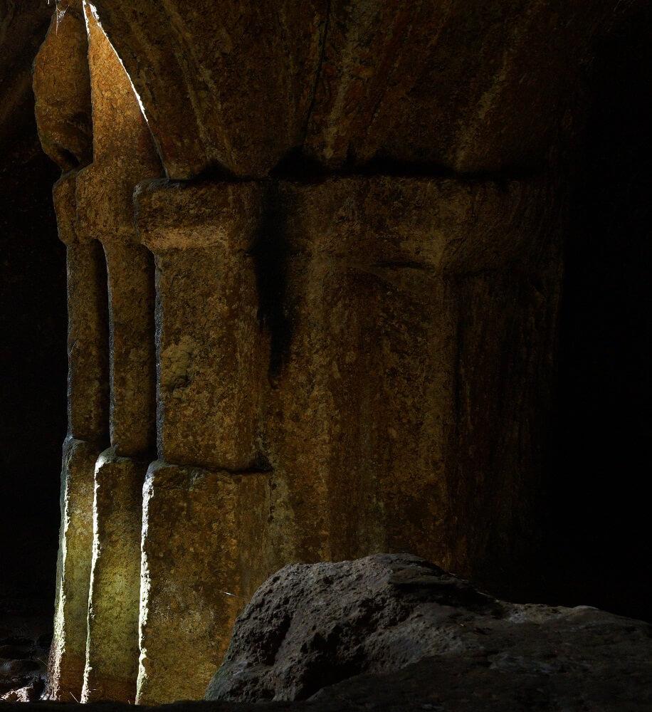 Interno dell'eremo di Poggio Conte con particolare di una colonna