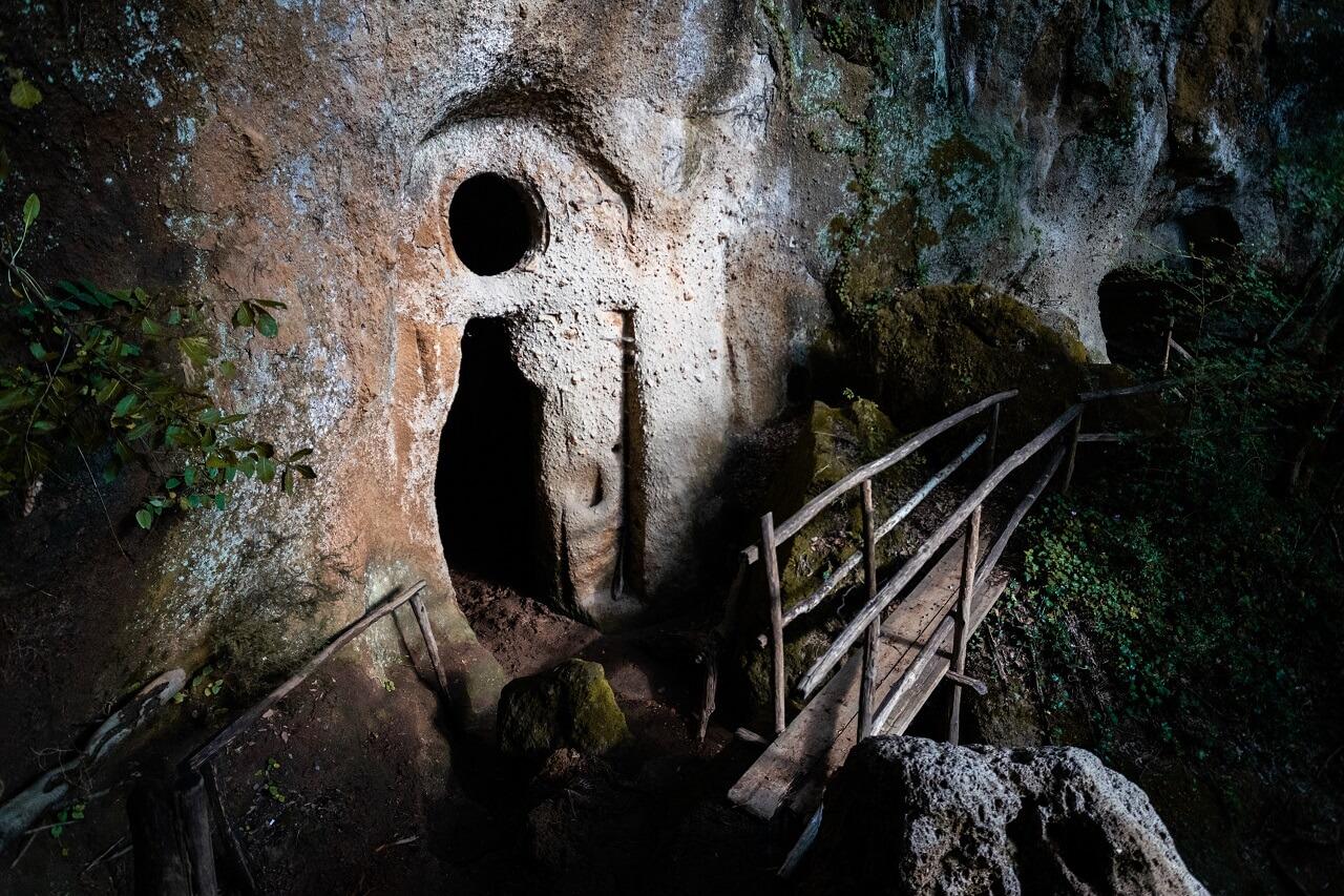 L'eremo di Poggio Conte visto dal sentiero di accesso