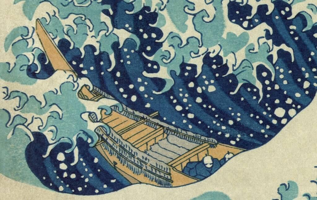 """Dettaglio dell'immagine: l'onda sta abbattendosi e """"artigliandosi sulla barca dei pescatori"""