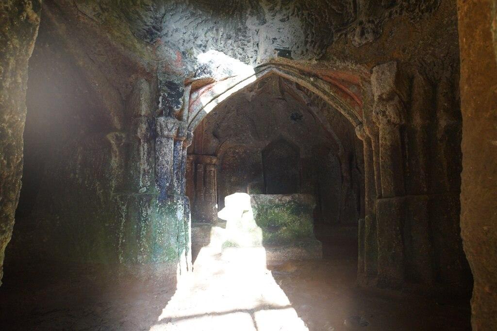 Eremo di Poggio Conte: immagine della prima e seconda camera con in fondo l'altare