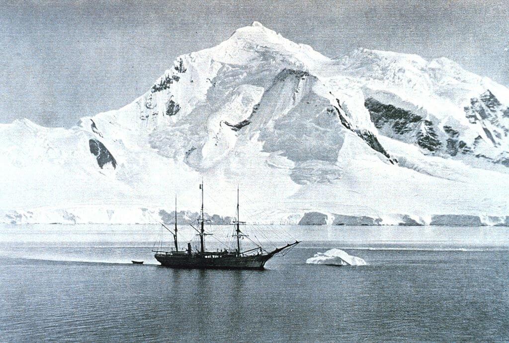 La RV Belgica della spedizione belga ancorata nei pressi dell'isola di Anvers (Antartide)