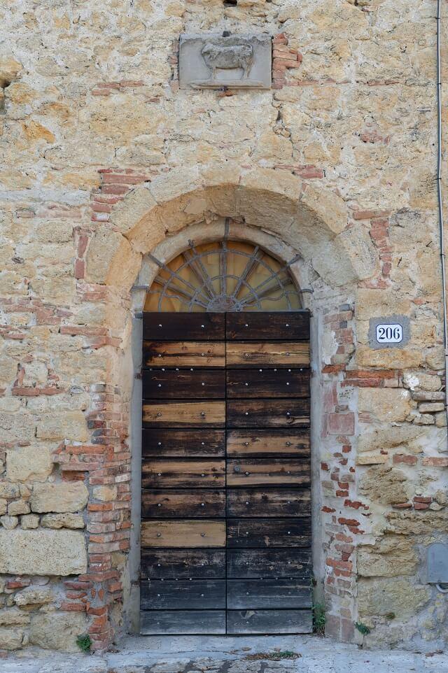 La bestia di San Dalmazio, in pietra grigia serena nella piazza principale del borgo
