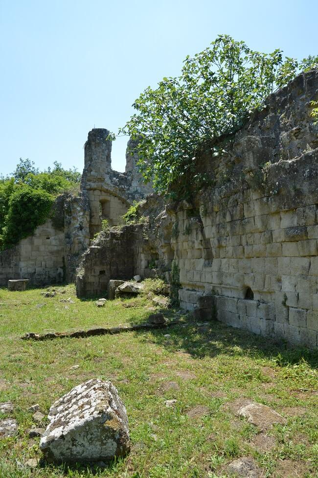 Le rovine della Chiesaccia e del campanile a vela.