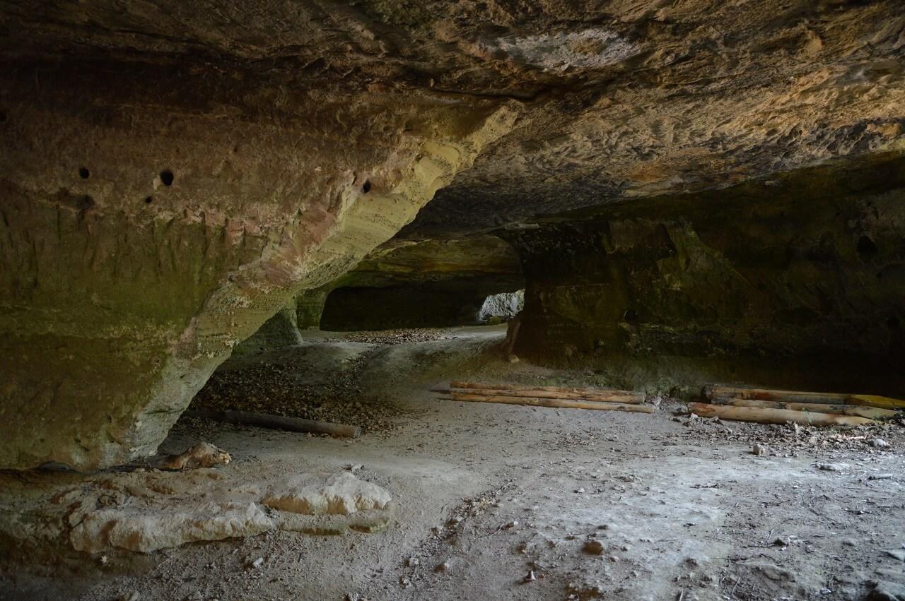 L'interno di una delle grotte di Vitozza in località Piancistalla