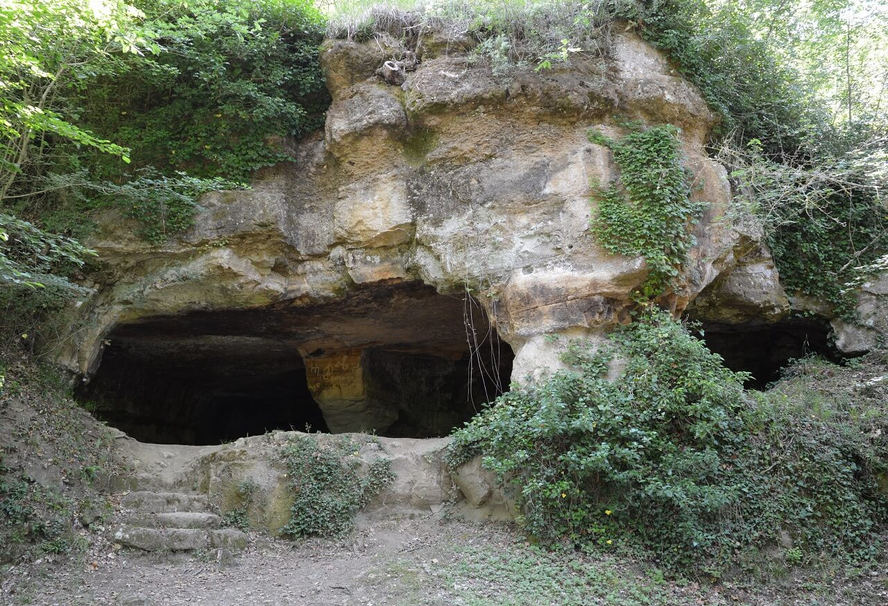 Una delle grotte di località Piancistalla, che si trovano prima di arrivare alla foresteria
