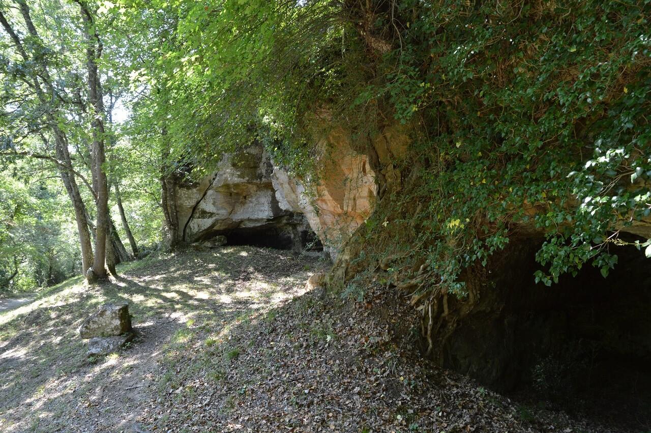Le grotte si trovano in una posizione inferiore rispetto alla città medievale di Vitozza