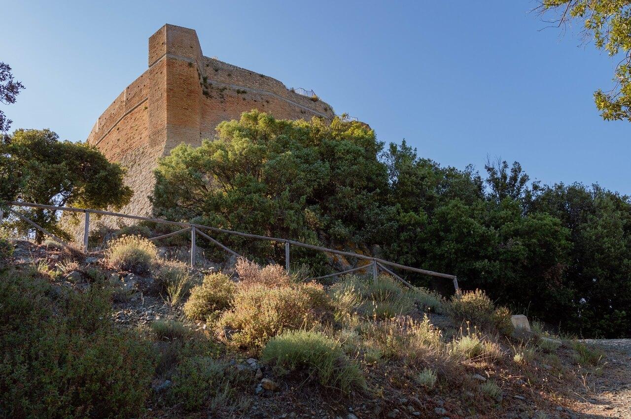 Le possenti mura di Rocca Sillana