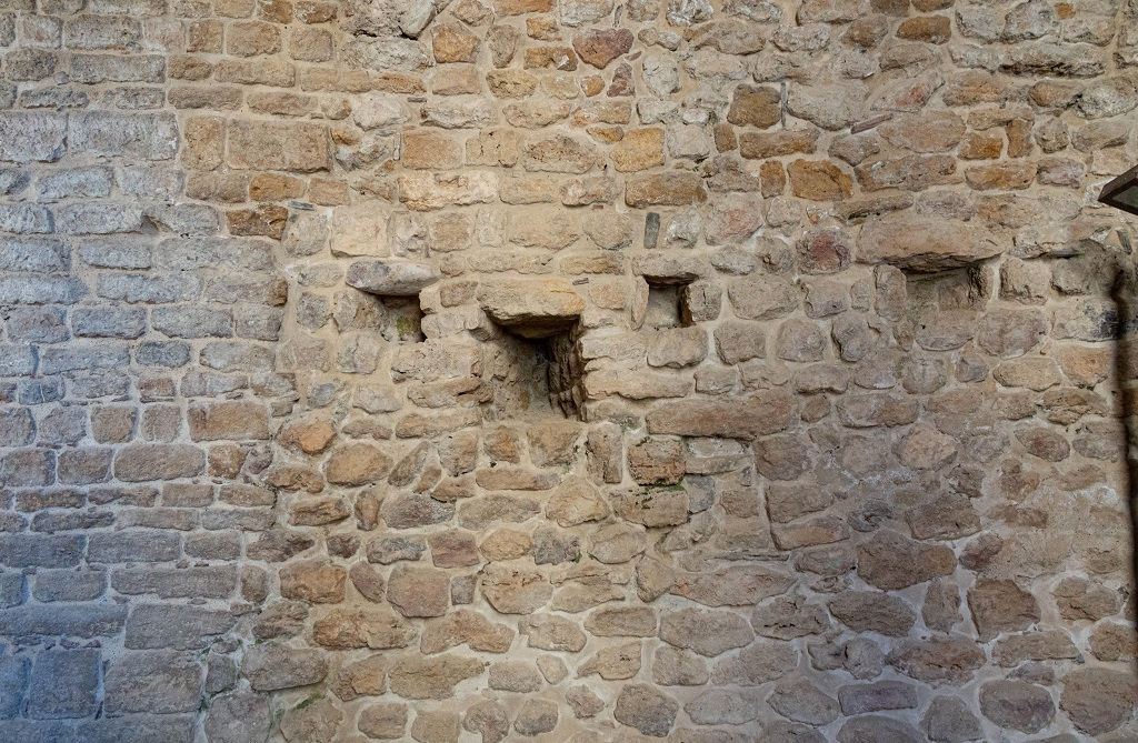 Feritoie nella mura di Rocca Sillana