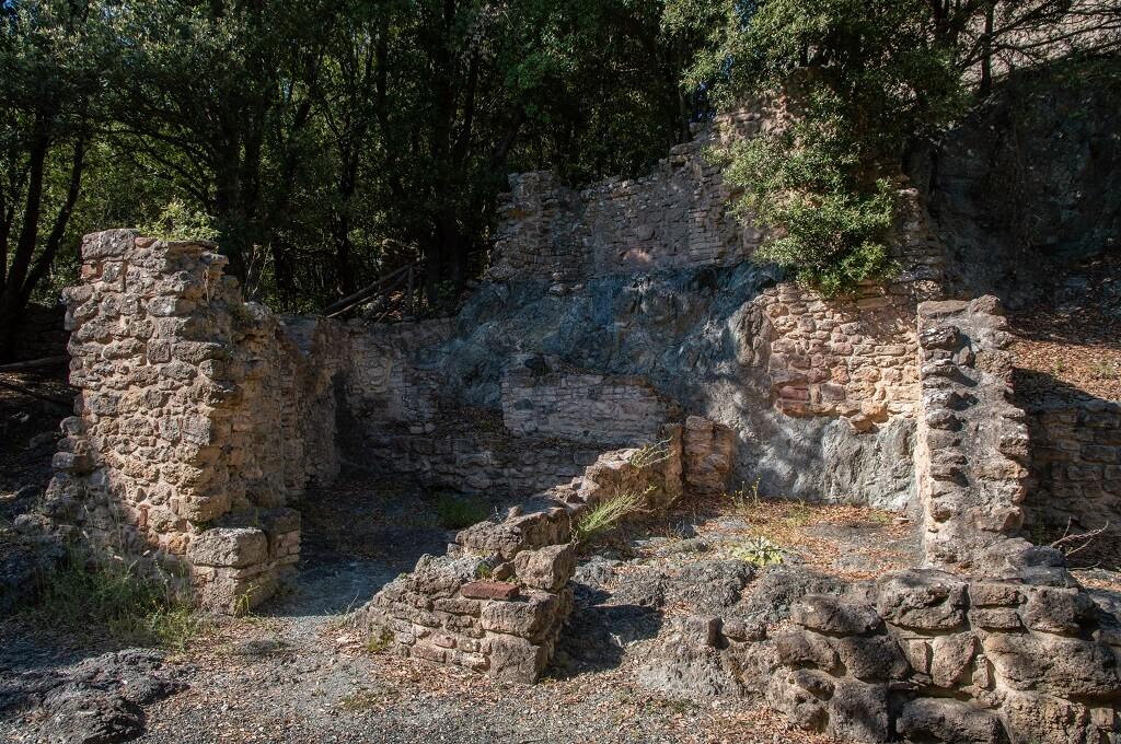 Fondamenta degli edifici del centro abitato di Sillano