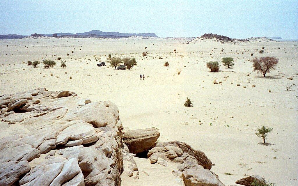 Deserto vicino Agadez, con il massiccio dell'Aïr sullo sfondo