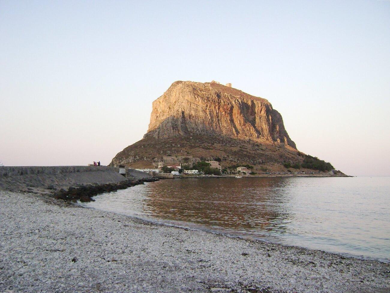 L'isola di Monemvasia vista da Nea Monemvasia