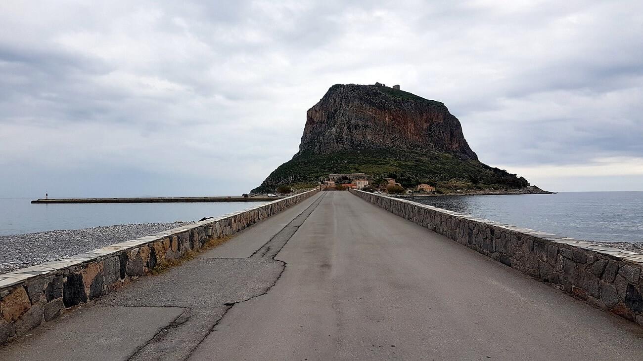 La strada rialzata e la roccia di Monemvasia