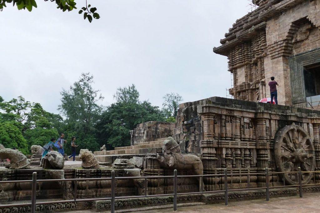 Tempio di Konarak: il carro del sole con visibili una ruota e alcuni cavalli