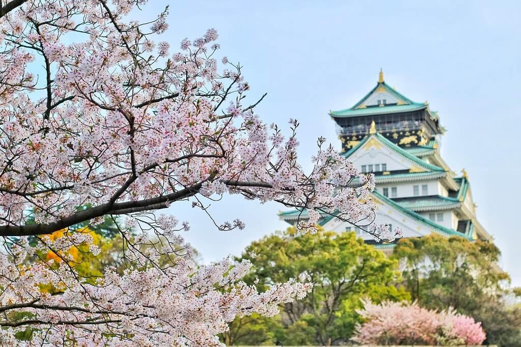 Il castello di Osaka in primavera