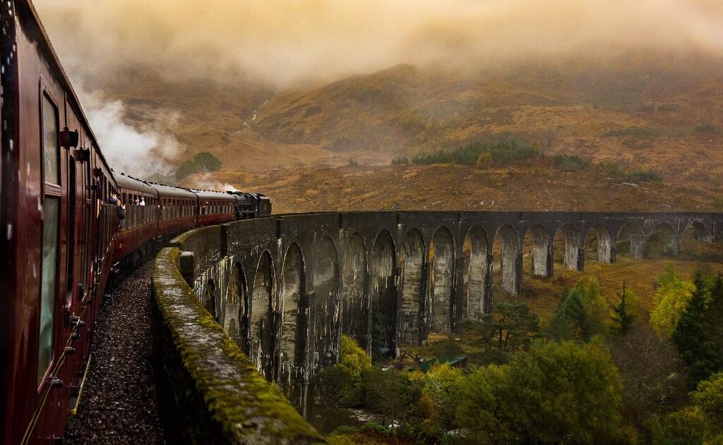 La West Highland Line passa sul Glenfinnan viaduct