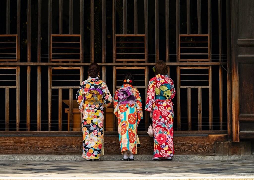 Design e colori dei kimono sono ispirati alle stagioni giapponesi