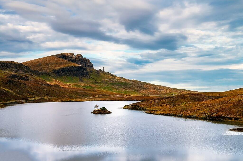 Paesaggio dell'isola di Skye, sullo sfondo il monolito dell'Old Man of Storr