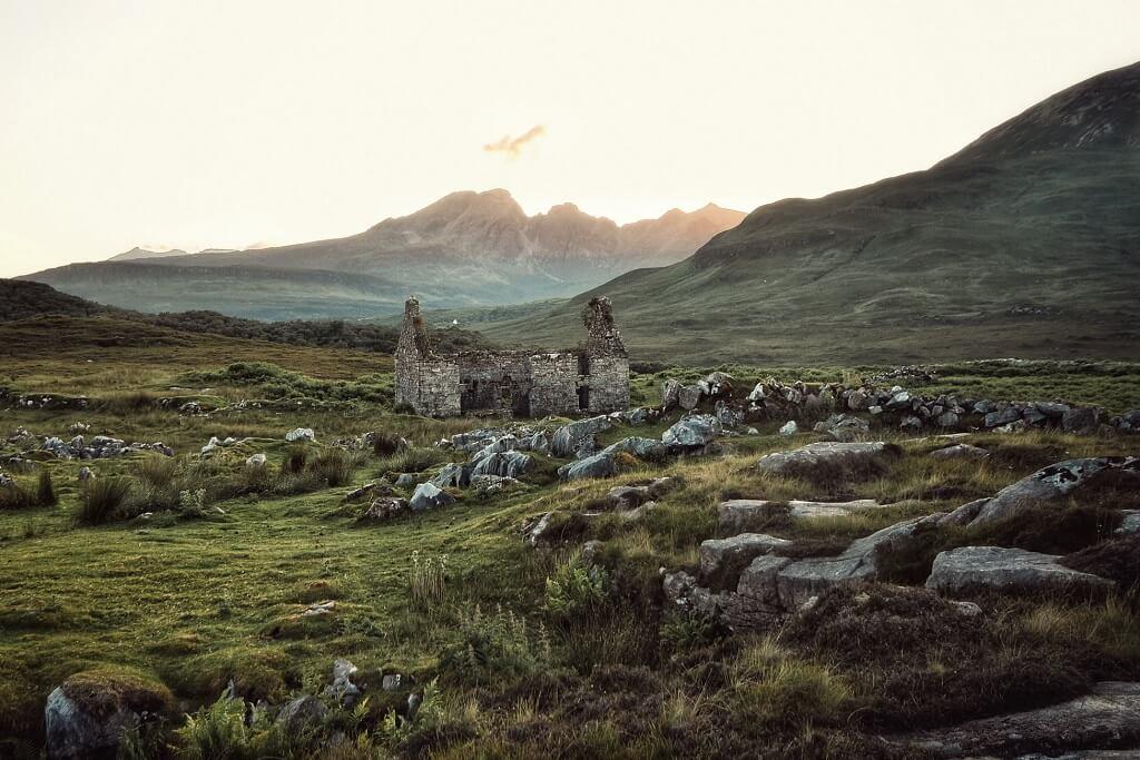 Le rovine di un edificio in pietra abbandonato sull'isola di Skye