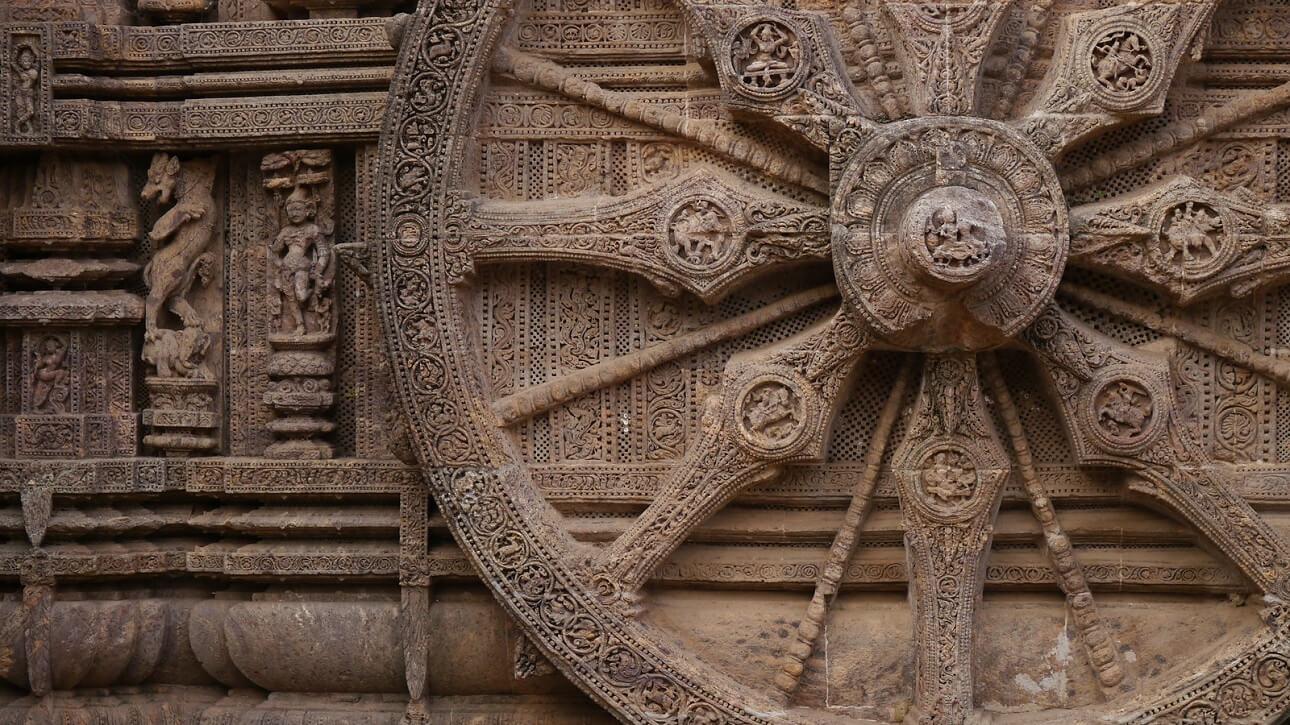 Una delle 24 ruote del carro solare (Tempio di Konarak)