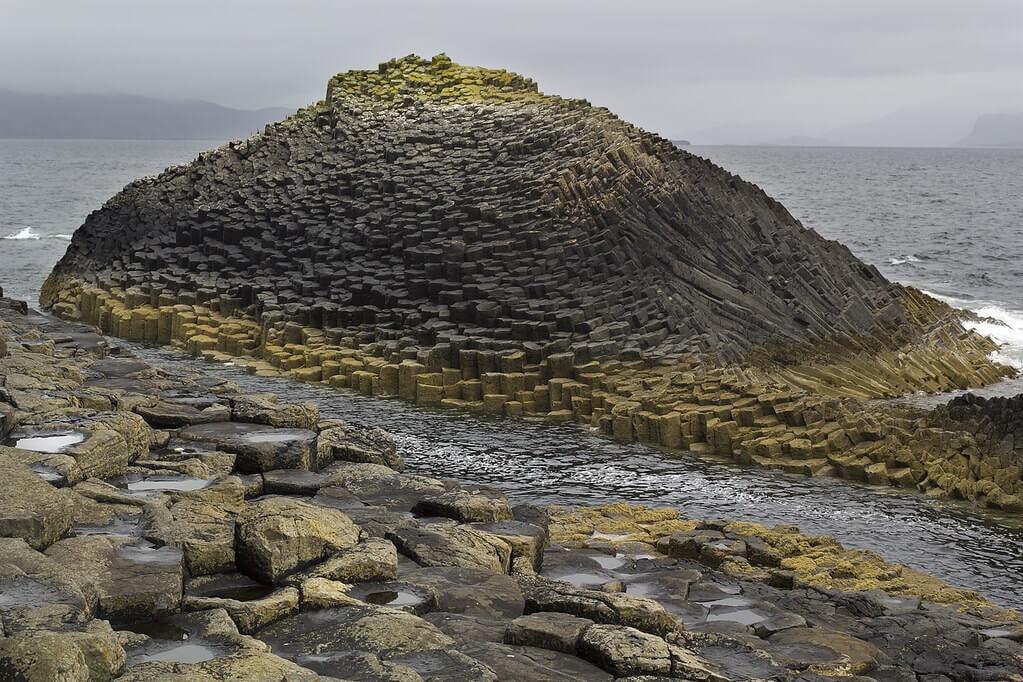 The Herdsman (Am Buachaille in gaelico), un isolotto a di poco separato da Staffa