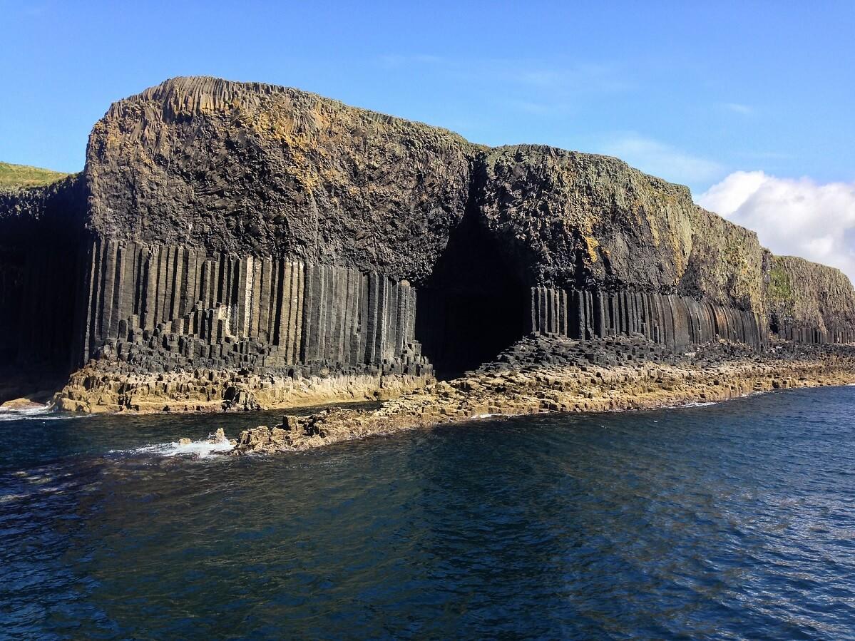 L'esterno della Grotta di Fingal, circondato dalle strane rocce basaltiche esagonali