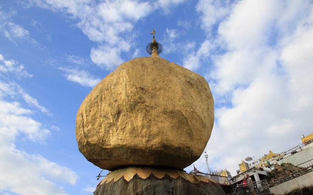La Roccia d'oro di Kyaiktiyo, in Birmania