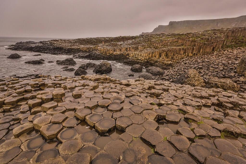 Le formazioni basaltiche esagonali del Giant's Causeway, del tutto simili a quelle di Staffa