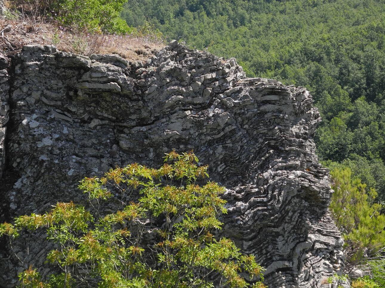 Stratificazione di diaspri sul belvedere della Riserva naturale la Pietra