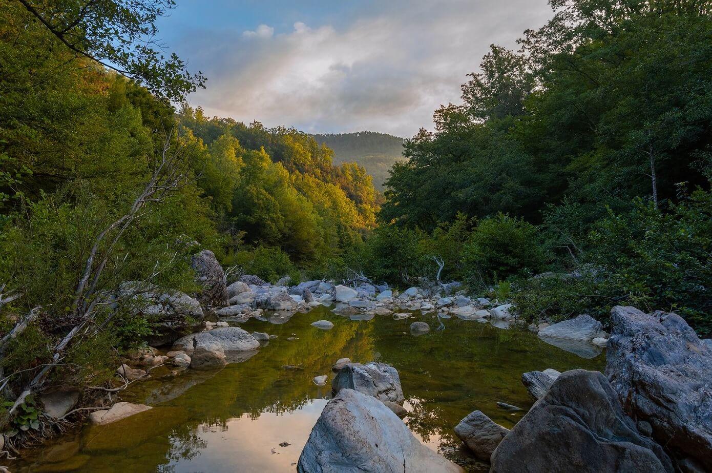 Il torrente Farma al tramonto, nei pressi della ferriera di Ruota
