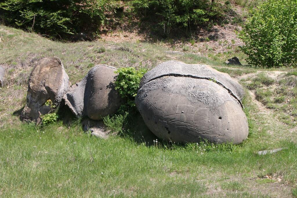 Una delle strane rocce Trovants, in Romania