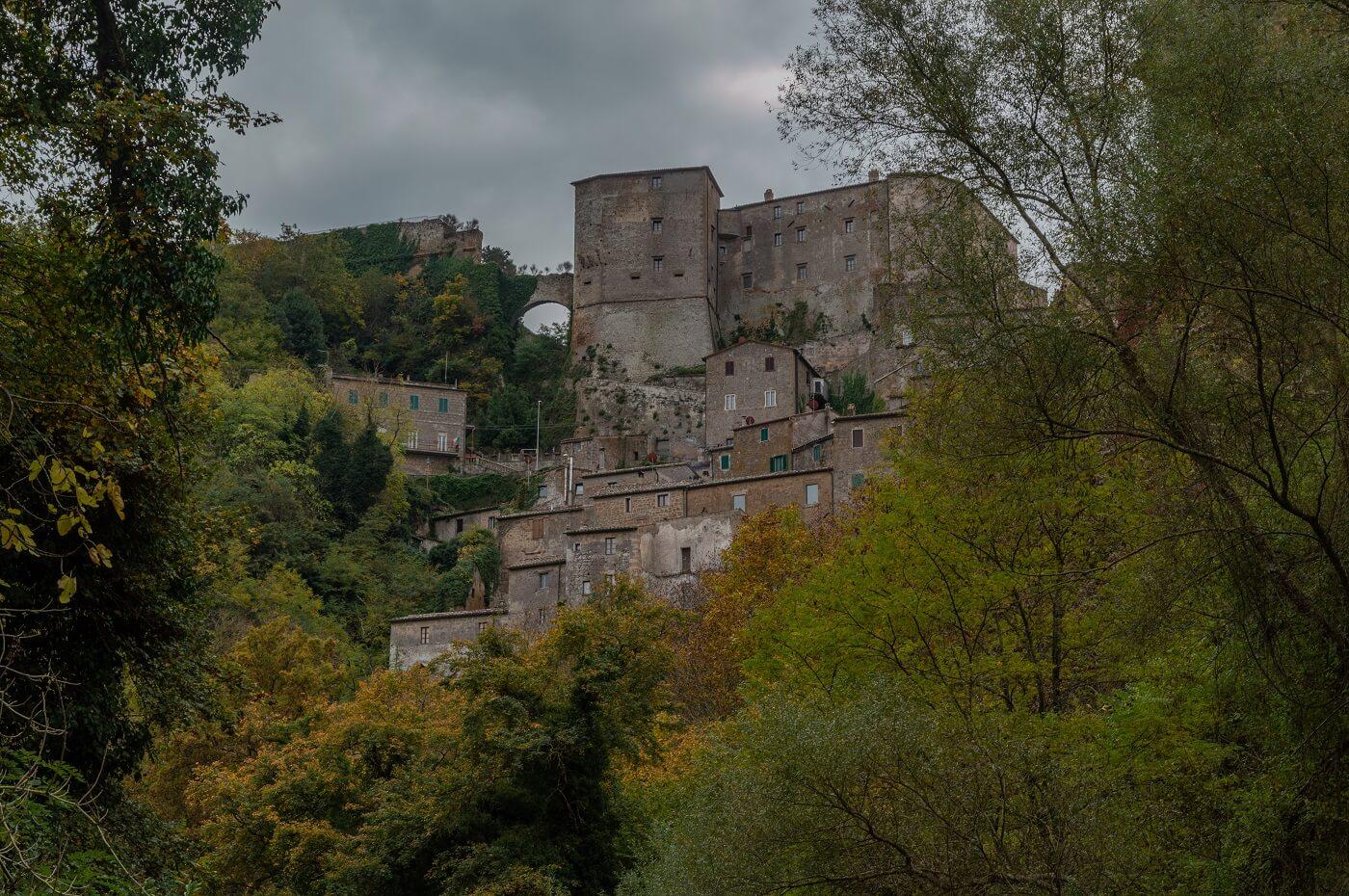 Il borgo di Sorano visto alla fine della Via Cava di San Rocco