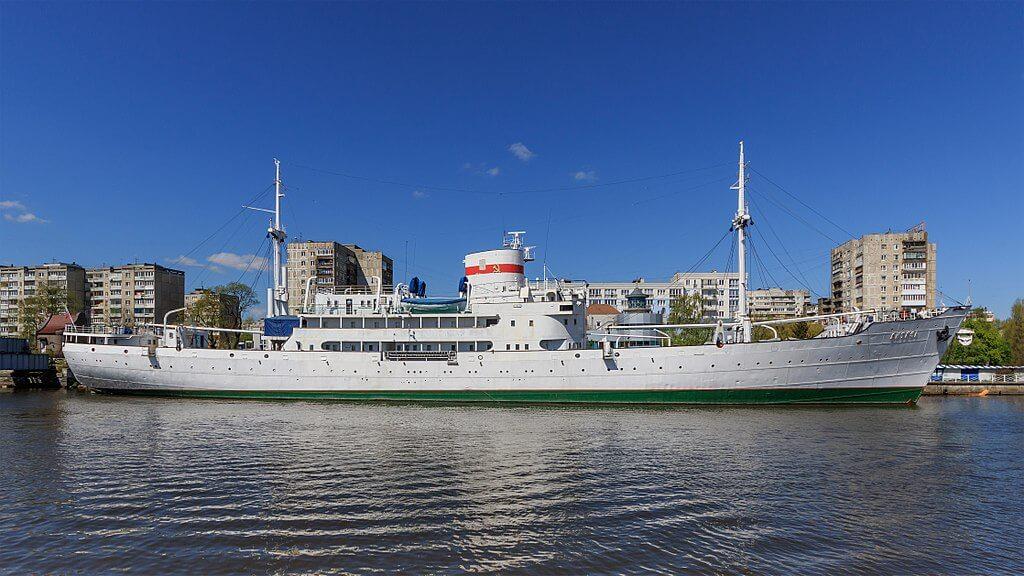 Kaliningrad, la nave museo Vityaz ormeggiata lungo il fiume Pragel