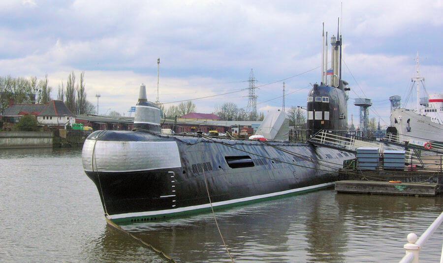 Kaliningrad: il sottomarino B-413 con a poppa la nave museo Vityaz