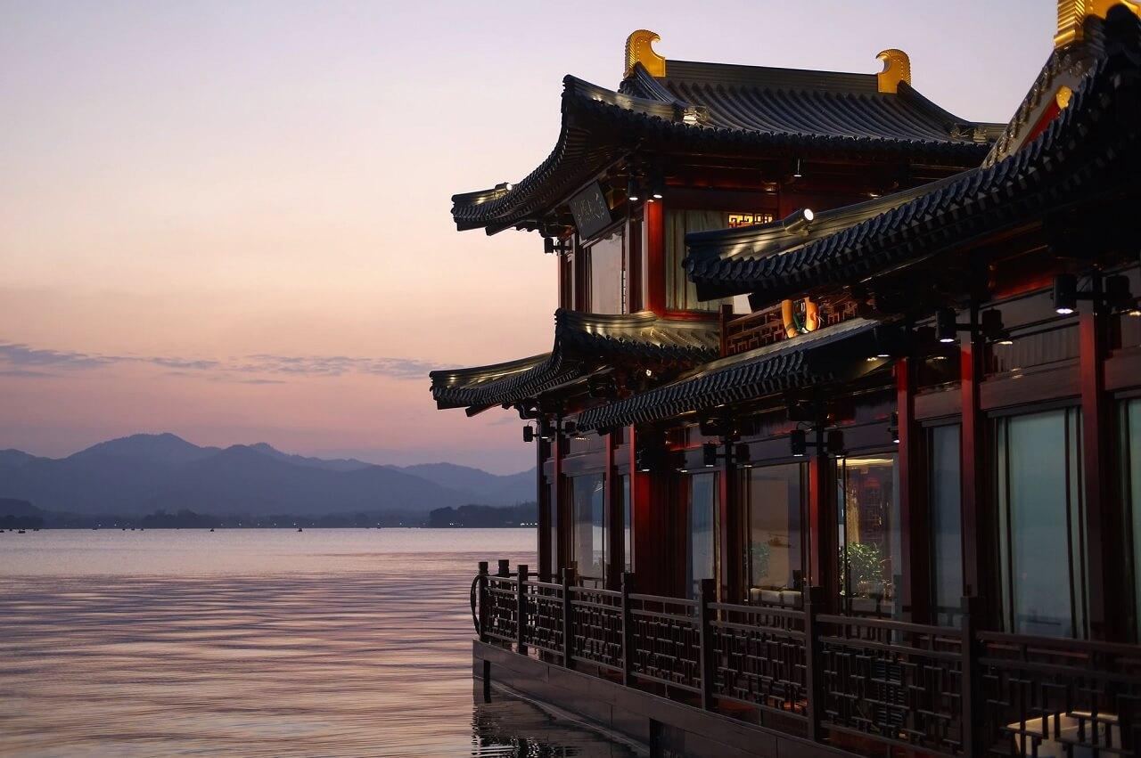Una delle tradizionali case da tè che si affacciano sul Lago dell'Ovest, Hangzhou