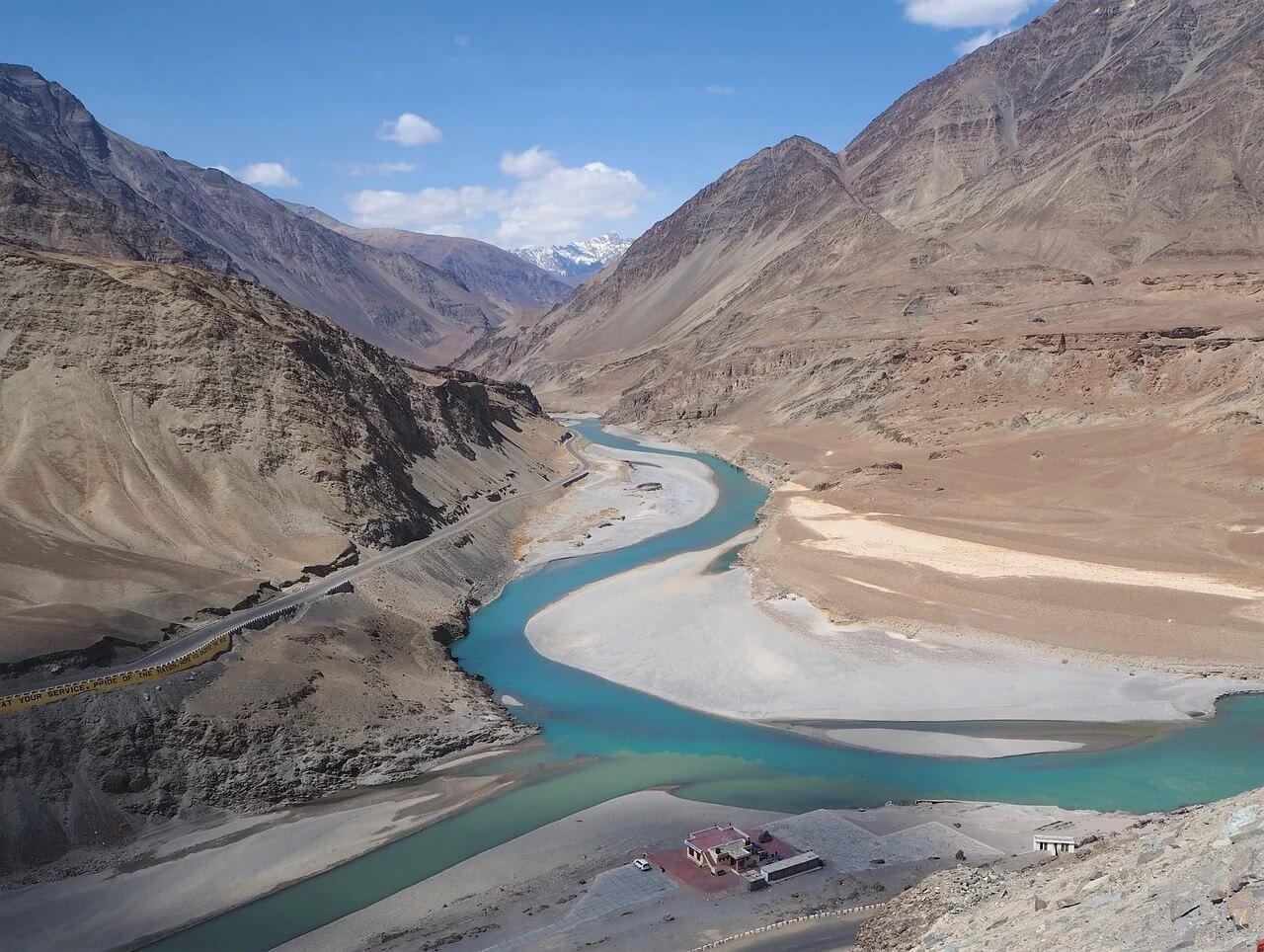 Confluenza tra fiume Indo (in basso) e Zanskar. Ladakh, India.
