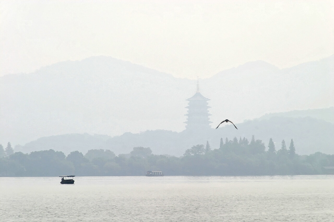 Il Lago dell'Ovest fotografato in una giornata fosca. Il lago è una delle mete da vedere assolutamente a Hangzhou