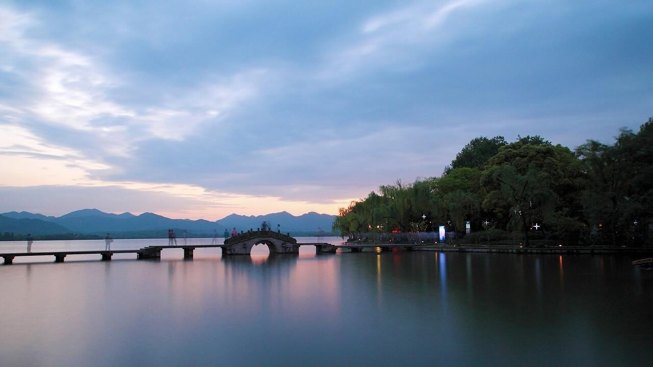 Il lago dell'Ovest al tramonto. Hangzhou, Cina